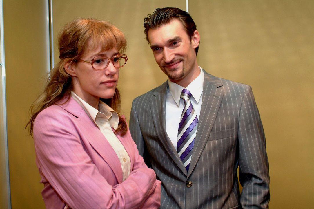 Richard (Karim Köster, r.) wünscht Lisa (Alexandra Neldel, l.) scheinheilig alles Gute für die Zeit, in der sie David als Chef vertreten soll. (D... - Bildquelle: Sat.1