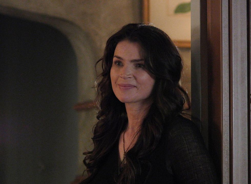 Joanna (Julia Ormond) versucht, all die bösen Omen mit Gutem zu bekämpfen ... - Bildquelle: 2013 Lifetime Entertainment Services, LLC. All rights reserved.