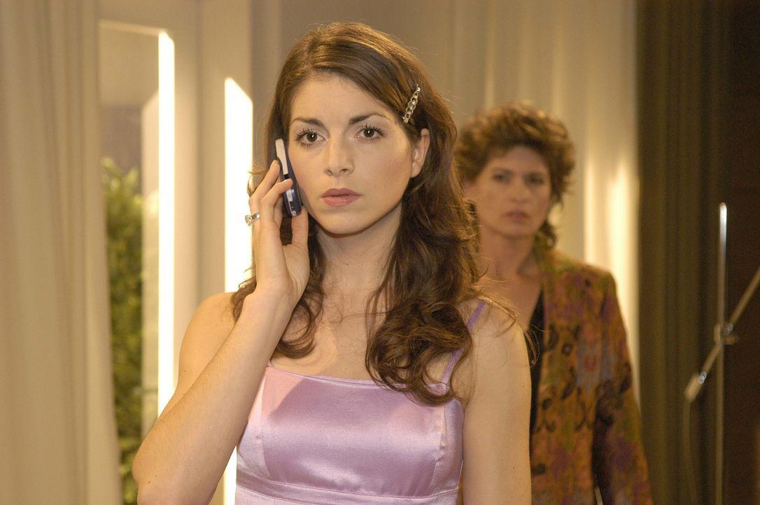 Mariella (Bianca Hein, l.) wird von Lisa angerufen, da sie sich mit ihr treffen will. Sophie (Gabrielle Scharnitzky, r.) belauscht misstrauisch das... - Bildquelle: Noreen Flynn SAT.1 / Noreen Flynn