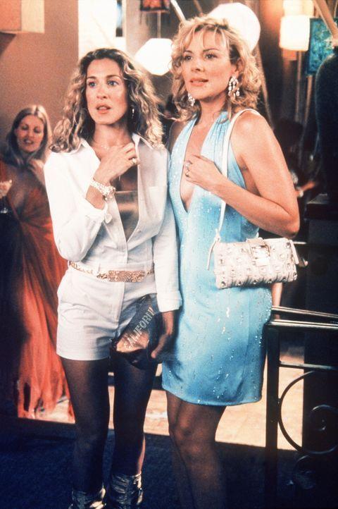 """Bei einer Filmpremiere entdeckt Carrie (Sarah Jessica Parker, l.) den Agenten Keith und Sam (Kim Cattrall, r.) den """"Playboy""""-Boss Hugh Hefner. - Bildquelle: Paramount Pictures"""