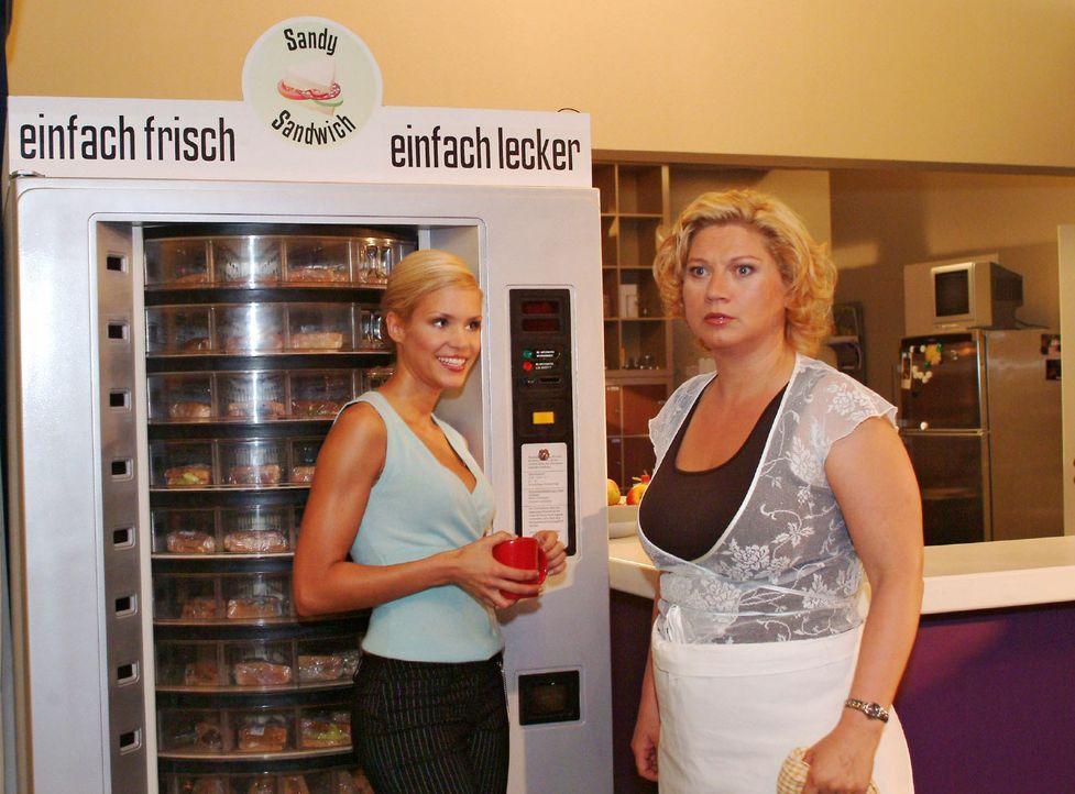 Agnes (Susanne Szell, r.) ist entsetzt, als ein Sandwich-Automat geliefert wird. Sabrina (Nina-Friederike Gnädig, l.) kann sich mit der Bemerkung, d... - Bildquelle: Monika Schürle SAT.1 / Monika Schürle