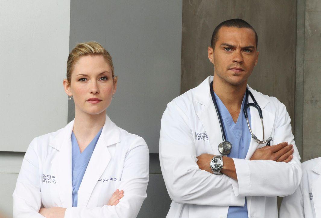 Während Derek sich mit dem Ehemann einer früheren Patientin konfrontiert sieht, werden Lexie (Chyler Leigh, l.) und Jackson (Jesse Williams, r.) vor... - Bildquelle: Touchstone Television