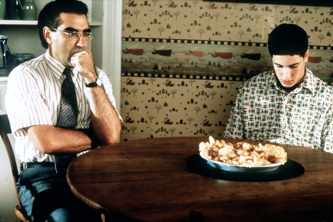 Um mittels Trockenübungen Routine zu erlangen, greift Jim (Jason Biggs, r.) in seine Trickkiste. Doch dann platzt sein Vater (Eugene Levy, l.) unan... - Bildquelle: Constantin Film