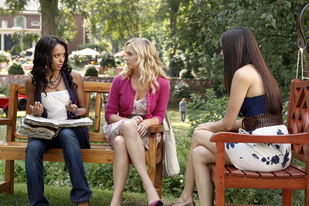 Bonnie (Kat Graham, l.) versucht herauszufinden, was mit Elenas (Nina Dobrev, r.) Kette los ist, während Caroline (Candice Accola, M.) Elena vor Da... - Bildquelle: 2011 THE CW NETWORK, LLC. ALL RIGHTS RESERVED.