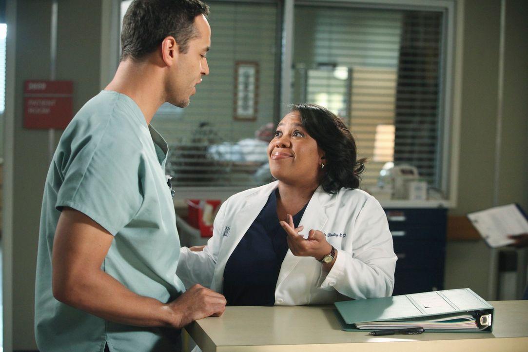 Während Richard nicht glauben kann, dass Teddy ihren Patienten geheiratet hat, flirtet Bailey (Chandra Wilson, r.) mit dem hübschen Pfleger Eli (Dan... - Bildquelle: ABC Studios