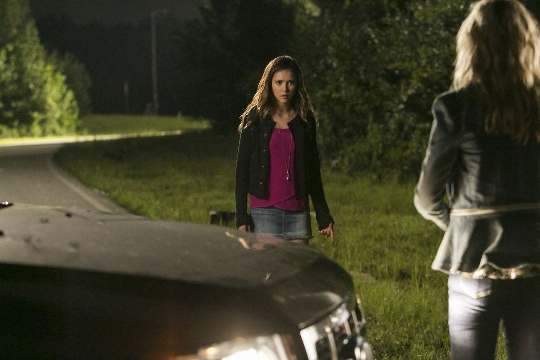 Ein schreckliches Ereignis bringt Elena (Nina Dobrev, l.) dazu, ihre Meinung vollkommen zu ändern. Zu spät? - Bildquelle: Warner Bros. Entertainment, Inc