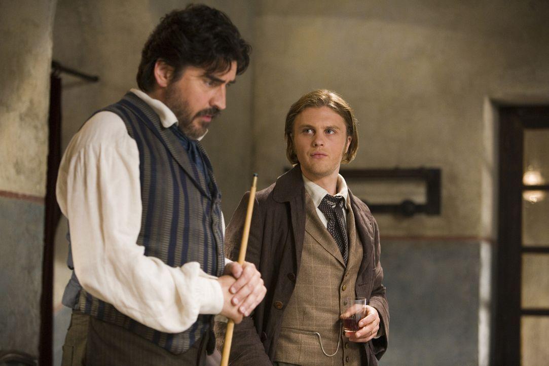 Der Seidenhändler Herve (Michael Pitt, r.) macht Bekanntschaft mit Baldabiou (Alfred Molina, l.), der ihn auf eine gefährlichen Geschäftsreise nach... - Bildquelle: Warner Bros. Television