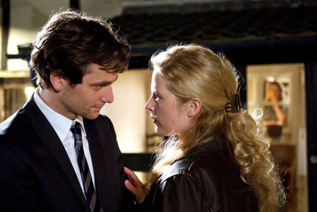 Der Abend endet im Streit und überstürzt verlässt Greta (Diana Amft, M.) mit ihrem Mann David (Florian Stetter, l.) das Haus ihrer Mutter Christi... - Bildquelle: Sat.1