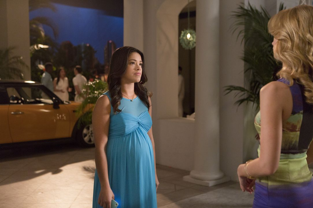 Während Jane (Gina Rodriguez, l.) wegen ihrem Klassentreffen nervös ist, versucht Petra (Yael Grobglas, r.) alles, um als Heldin vor Rafael dazusteh... - Bildquelle: 2014 The CW Network, LLC. All rights reserved.