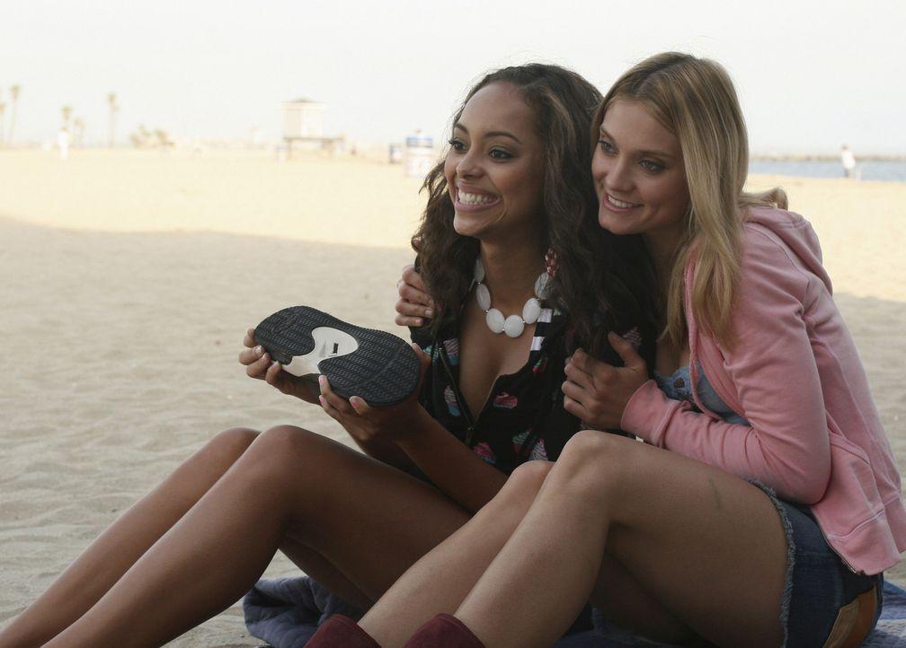 Die Frühlingsferien haben begonnen, und Ashleigh (Amber Stevens, l.) und Casey (Spencer Grammer, r.) verbringen sie am Strand ... - Bildquelle: ABC Family