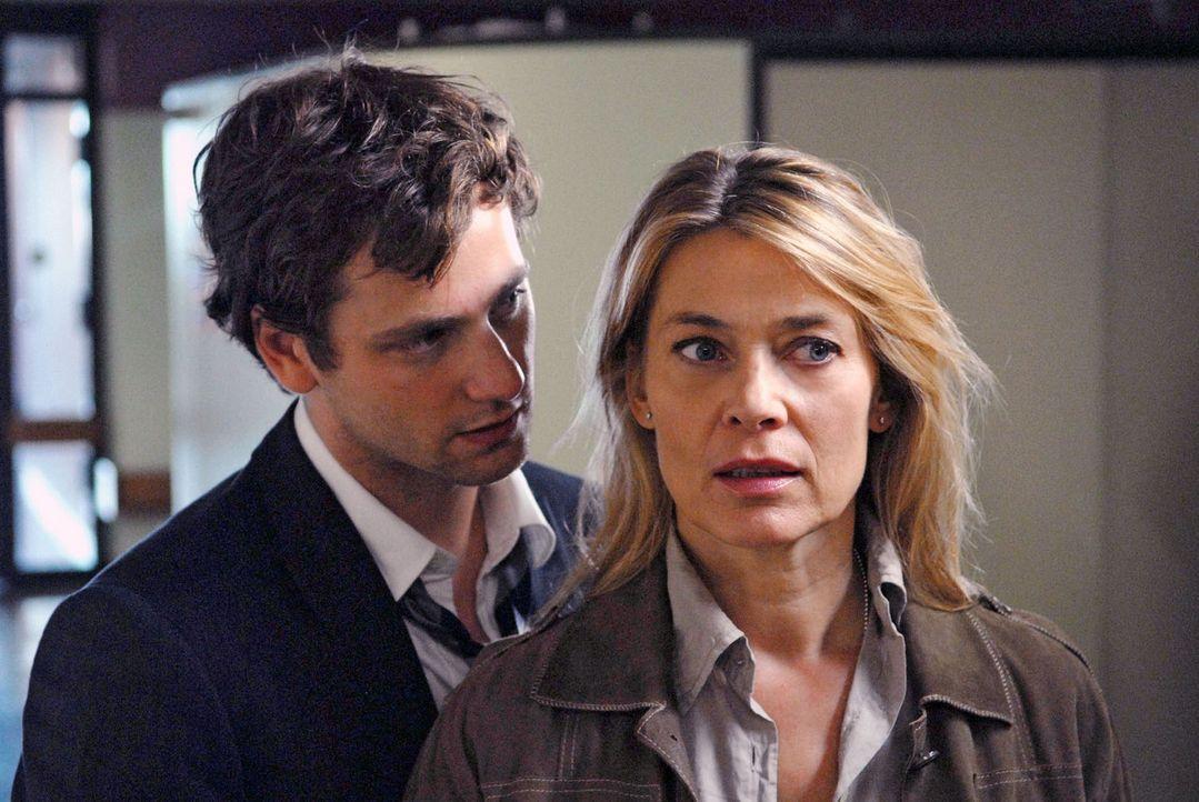 Als David (Florian Stetter, l.) Greta bei einem Autounfall das Leben rettet, ist das anscheinend ein weiterer Beweis dafür, dass sich Christiane (B... - Bildquelle: Sat.1