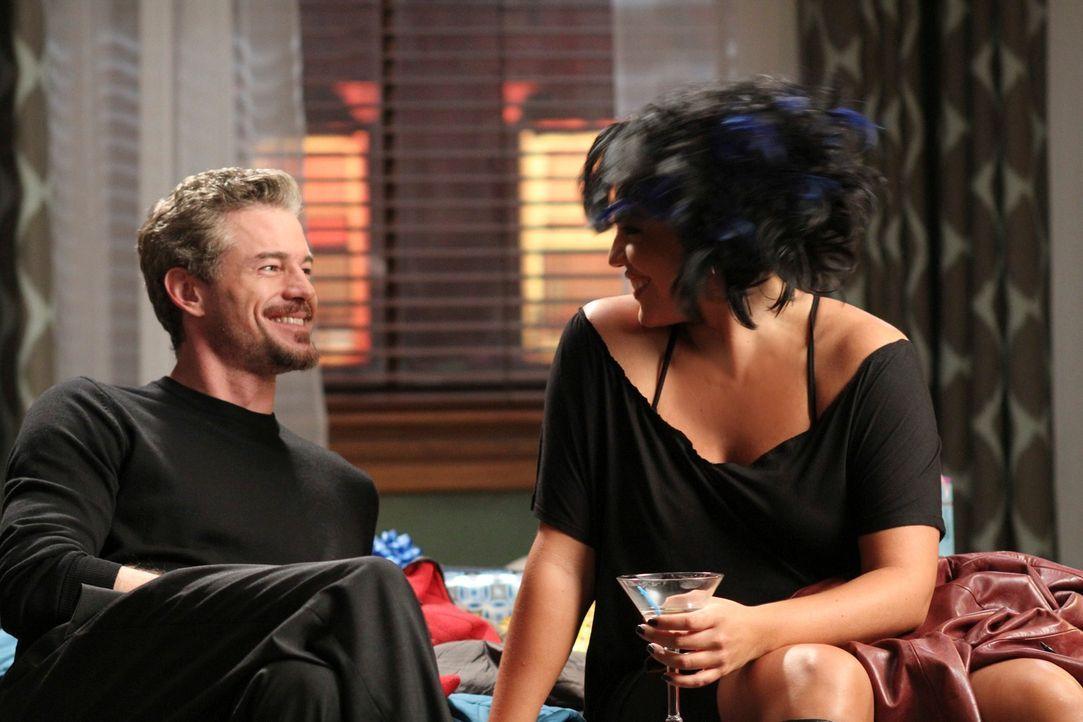 Nachdem Callie (Sara Ramirez, r.) nicht mit Arizona nach Afrika gegangen ist, hat sie keine Bleibe mehr. Sie bitte Mark (Eric Dane, l.) deshalb bei... - Bildquelle: ABC Studios