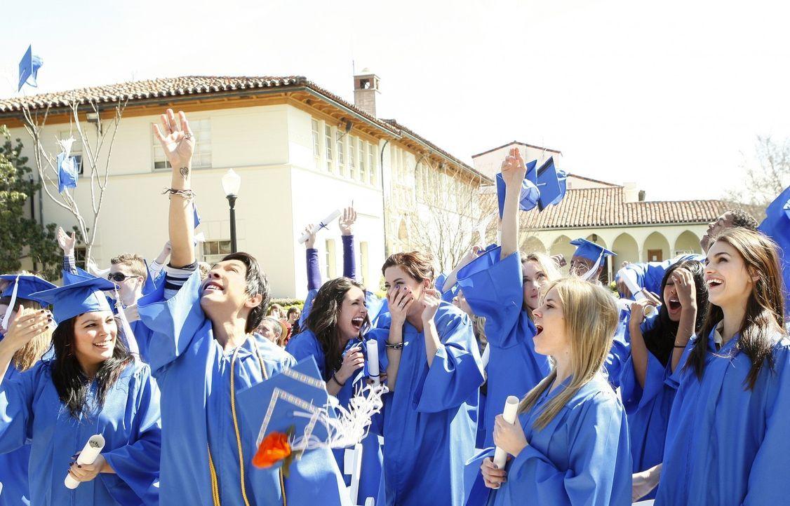 Feiern ihren erfolgreichen Abschluss: Annie (Shenae Grimes, hinten,3.v.l.), Erin (Jessica Stroup, hinten,4.v.l.) und Ivy (Gillian Zinser, hinten,5.v... - Bildquelle: TM &   2011 CBS Studios Inc. All Rights Reserved.
