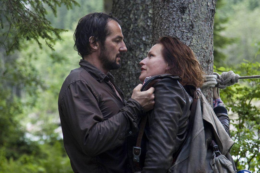 Erst sehr spät geht Eric (Hans-Werner Meyer, l.) auf, dass Emma (Nina Kronjäger, r.) zwar etwas speziell ist, aber man mit ihr auch Pferde stehlen... - Bildquelle: SAT.1