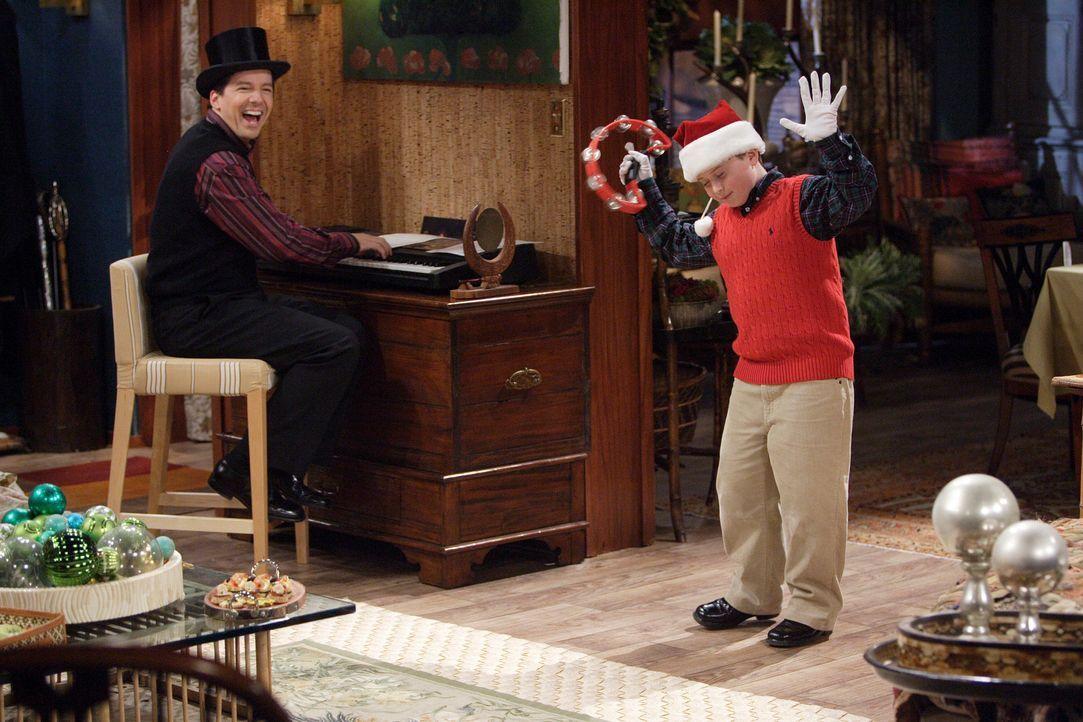 Weihnachten bei den Trumans: Jack (Sean Hayes, l.) freut sich über Wills Neffen Jordan (Reed Alexander, r.), der bereits mit seinen zarten neun Jahr... - Bildquelle: Paul Drinkwater NBC Productions