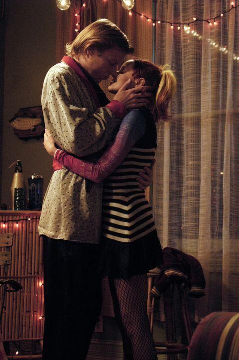 Der erste Kuss: Zwischen Phil (Jay Paulson, l.) und seinem Pizzamädchen (Lindy Booth, r.) funkt es gewaltig ... - Bildquelle: 2007 American Broadcasting Companies, Inc. All rights reserved.