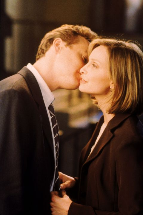 Nach ihrem ersten gemeinsamen Date küsst Ron (Tate Donovan, l.) Ally McBeal (Calista Flockhart) nur auf die Wange, was sie ziemlich enttäuscht ... - Bildquelle: Twentieth Century Fox Film Corporation. All rights reserved.