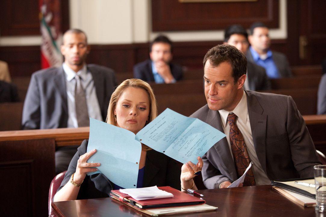 Parker (Josh Stamberg, r.) und Kim (Kate Levering, l.) verteidigen A.J. Fowler, den Produzenten einer TV-Datingshow, der von einer Kandidatin verkla... - Bildquelle: 2009 Sony Pictures Television Inc. All Rights Reserved.