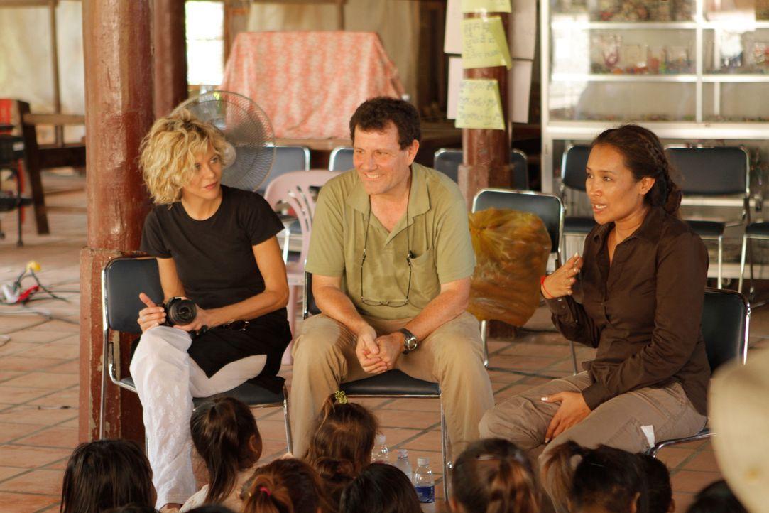 Meg Ryan (l.) begleitet Nicholas D. Kristof (M.) nach Kambodscha, wo sie auf die Aktivistin im Kampf gegen die sexuelle Ausbeutung von jungen Mädch... - Bildquelle: Jeff Dupre Fremantle