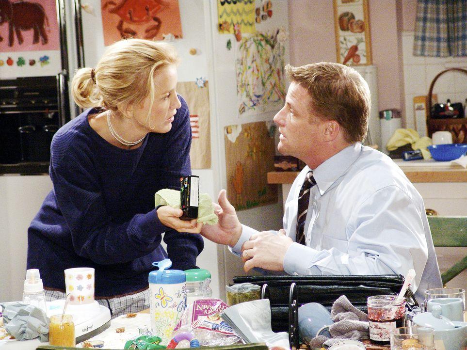 Als Lynette (Felicity Huffman, l.) entdeckt, dass ihr ach so erschöpfter Ehemann (Doug Savant, r.) auf seinen Geschäftsreisen Parties feiert, stel... - Bildquelle: Touchstone Television