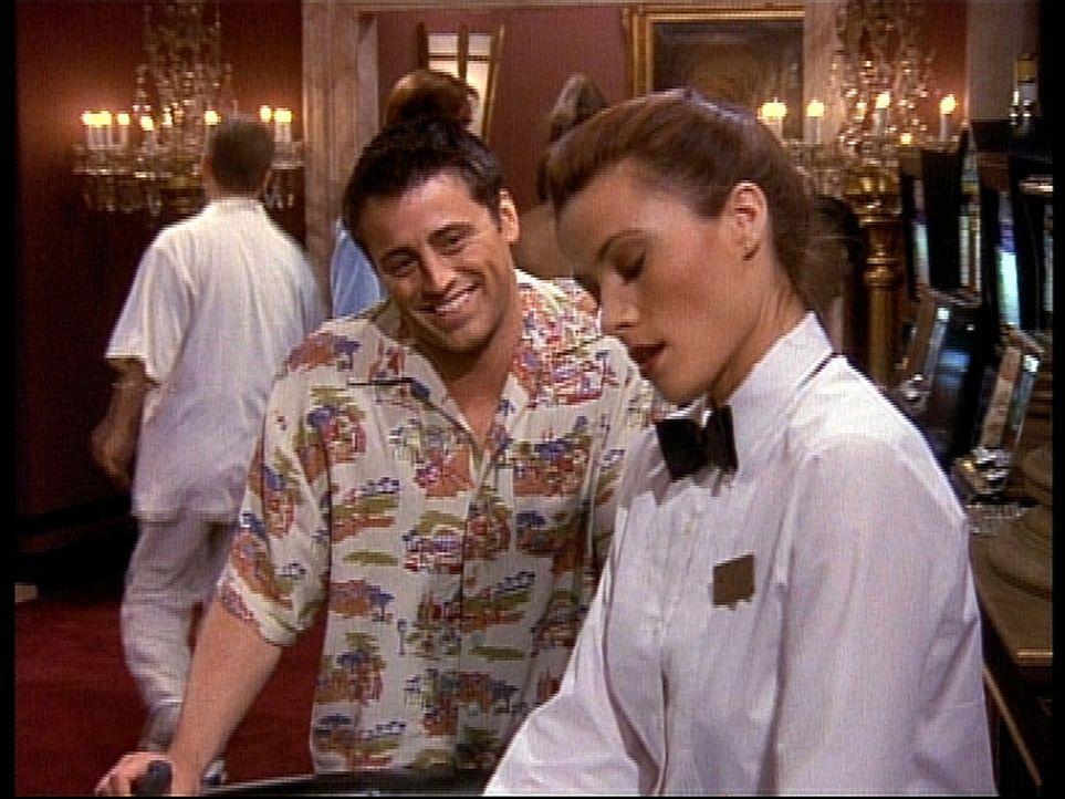 Joey (Matt LeBlanc, l.) kommt in Las Vegas mit seinen Geschichten nicht gut an. - Bildquelle: TM+  2000 WARNER BROS.