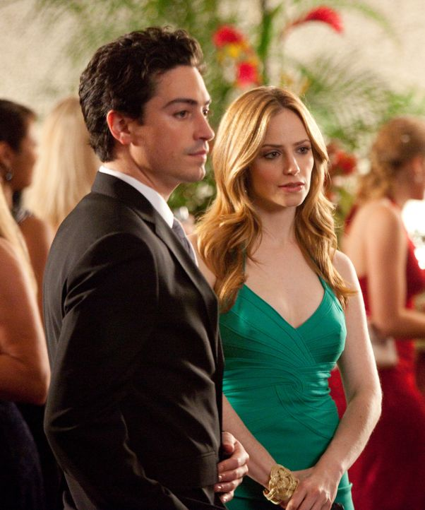 Während Fred (Ben Feldman, l.) weiterhin versucht bei Stacy zu landen, kämpft Grayson vor Gericht gegen Vanessas (Jaime Ray Newman, r.) Ex-Verlobt... - Bildquelle: 2009 Sony Pictures Television Inc. All Rights Reserved.