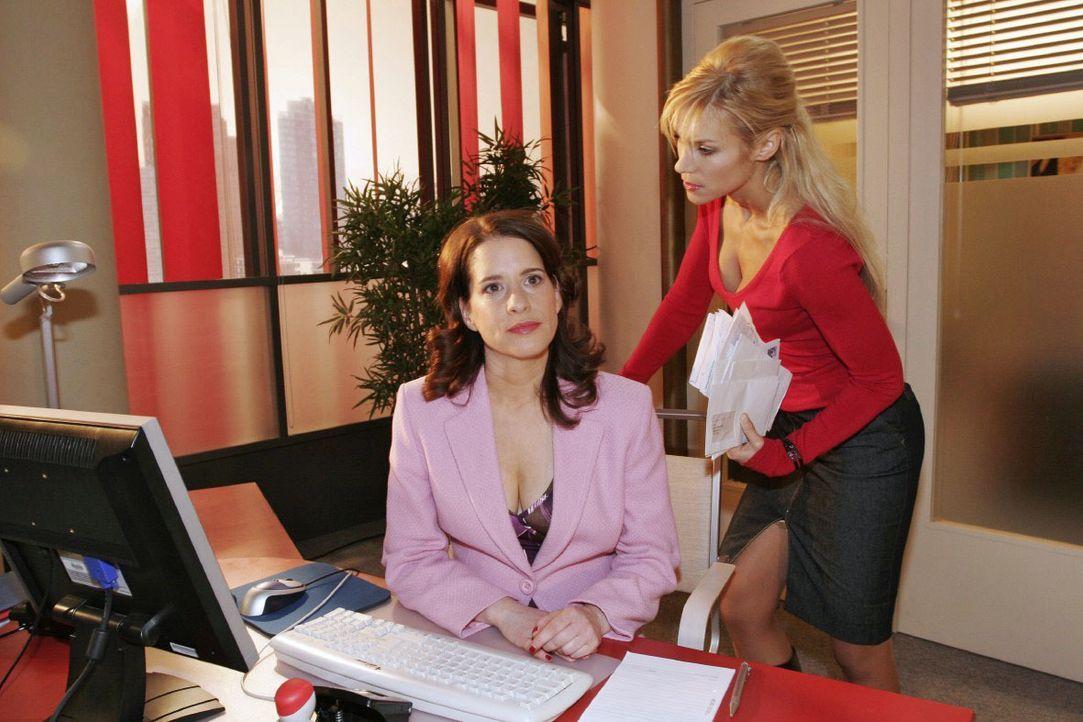Inka (Stefanie Höner, l.) behauptet vor Sabrina (Nina-Friederike Gnädig, r.), mit ihrer derzeitigen Position zufrieden zu sein. - Bildquelle: Noreen Flynn SAT.1 / Noreen Flynn