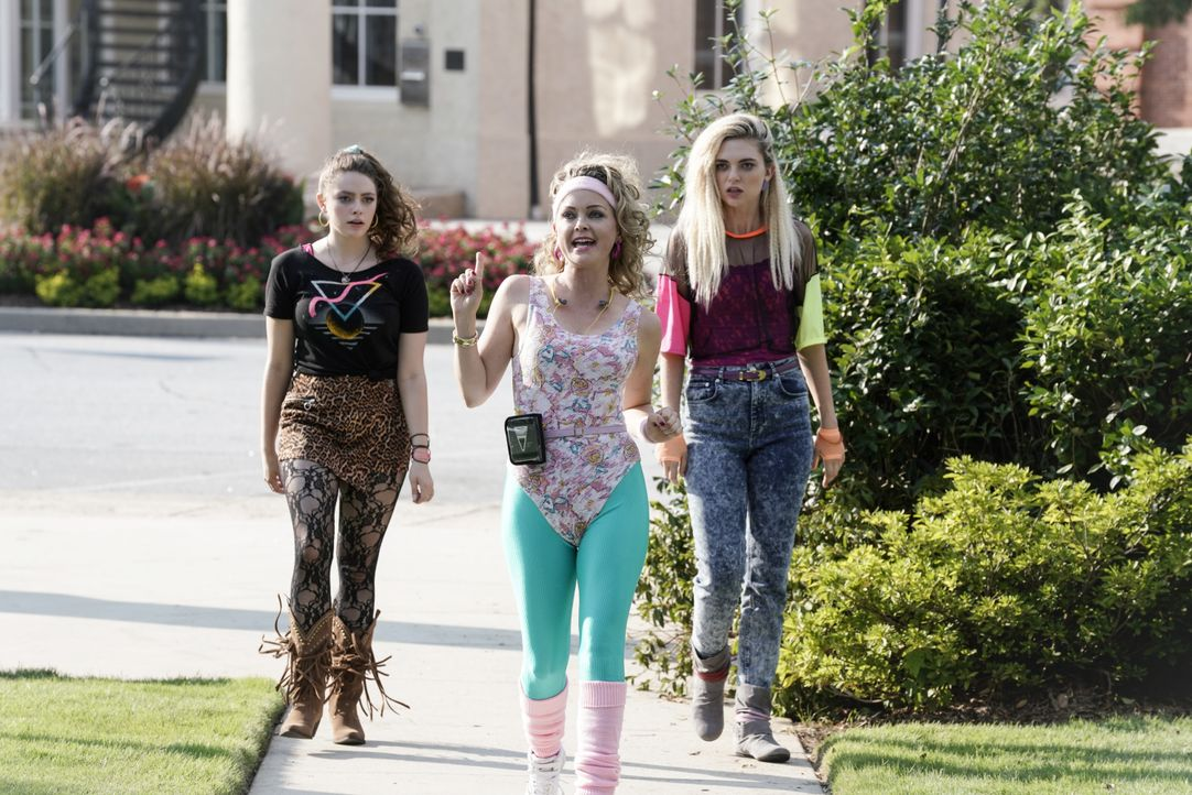 (v.l.n.r.) Hope Mikaelson (Danielle Rose Russell); Die Wächterin (Marisa Coughlan); Lizzie Saltzman (Jenny Boyd) - Bildquelle: Jace Downs 2020 Warner Bros Entertainment Inc. All rights reserved. / Jace Downs
