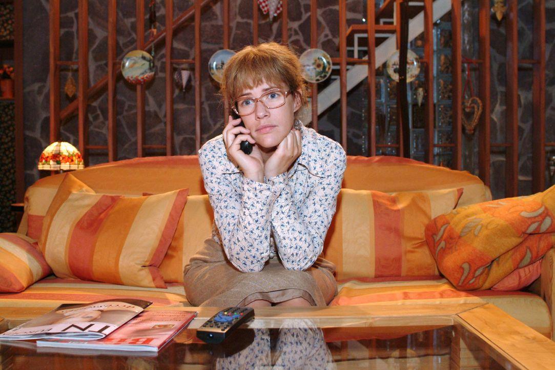 """Lisa (Alexandra Neldel) merkt, als sie mit David telefoniert, dass sie weiterhin selbst die Probleme von """"Kerima"""" lösen muss. (Dieses Foto von Alexa... - Bildquelle: Monika Schürle SAT.1 / Monika Schürle"""