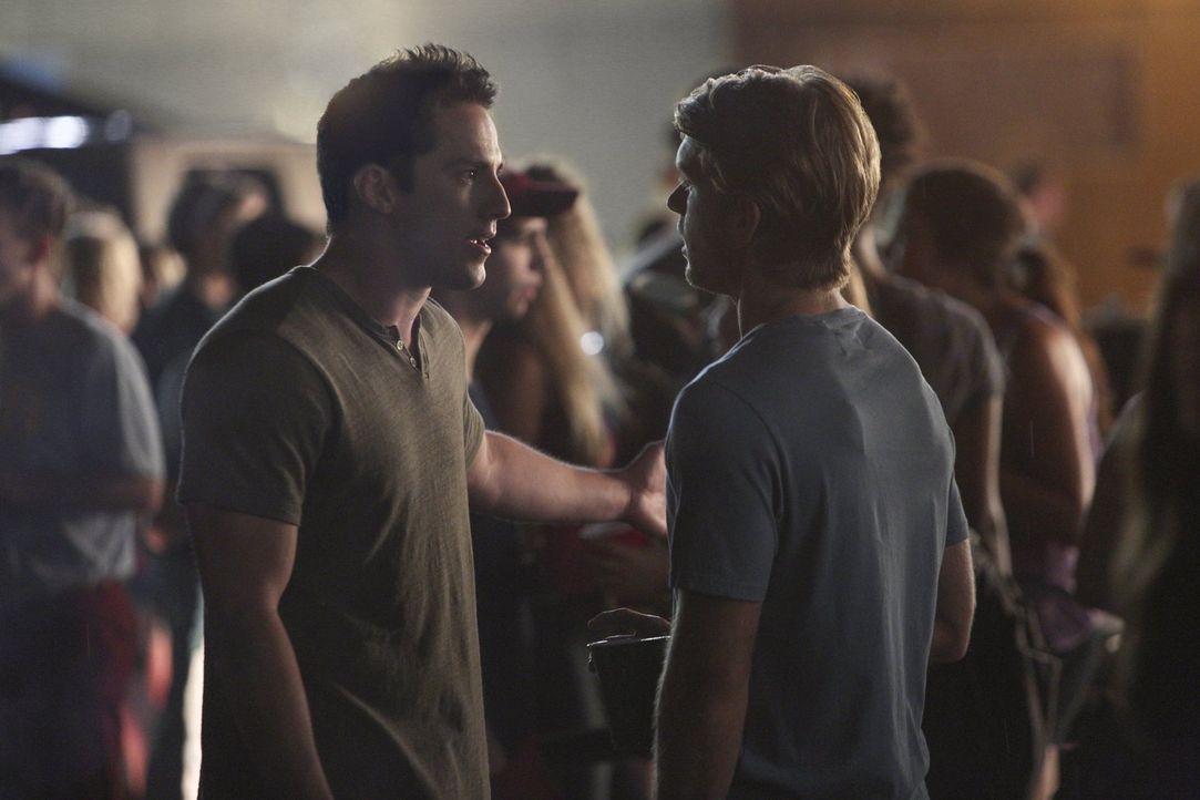 Die Wahrheit über Luke (Chris Brochu, r.) und Elans Verbindung, sorgt bei Tyler (Michael Trevino, l.) für einen Wutausbruch ... - Bildquelle: Warner Bros. Entertainment, Inc