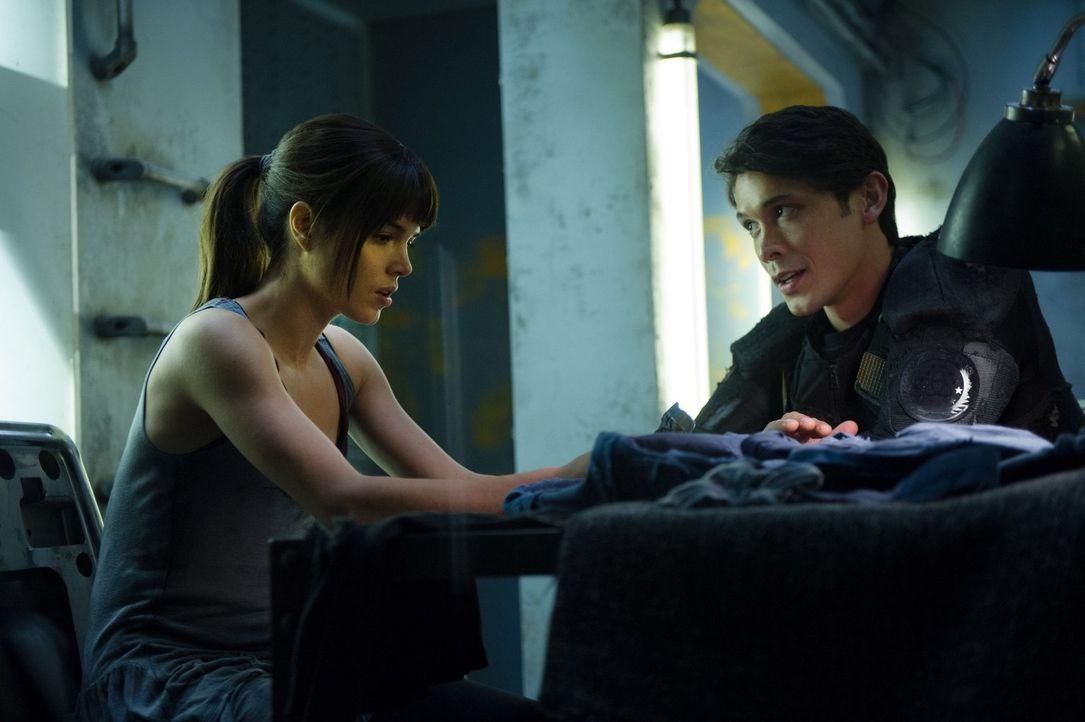 Jahrelang musste sich Octavia (Marie Avgeropoulos, l.) verstecken, doch als Bellamy (Bob Morley, r.) ihr eine Chance gibt, die Wohnung zu verlassen,... - Bildquelle: Warner Brothers
