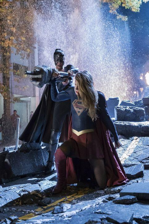Ein erbitterter Kampf wartet auf Sam alias Reign (Odette Annable, l.) und Kara alias Supergirl (Melissa Benoist, r.) ... - Bildquelle: 2017 Warner Bros.