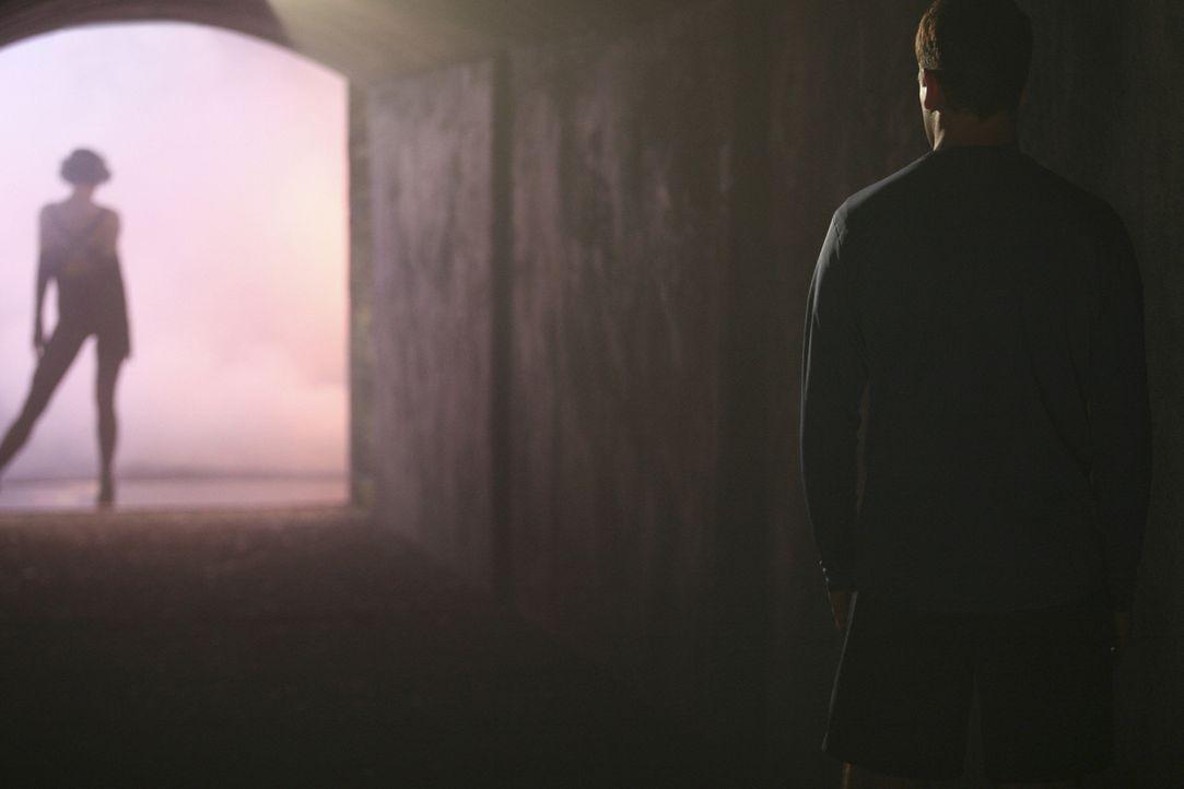 Eli (Jonny Lee Miller, r.) hat wieder eine Vision: Er sieht sich mit einer bezaubernden Frau (Katie Holmes, r.), die tanzen und singen kann und hält... - Bildquelle: Disney - ABC International Television