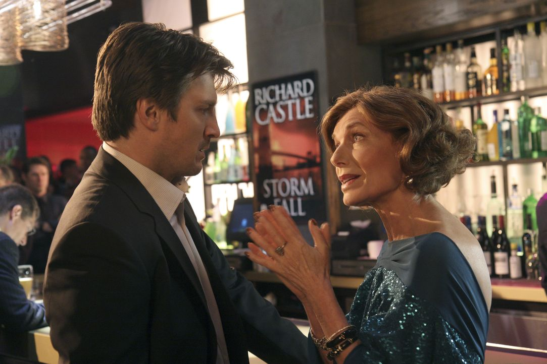 Richard Castle (Nathan Fillion, l.) ist sauer auf seine Mutter Martha (Susan Sullivan, r.), weil die seiner Exfrau offensichtlich von seiner Schreib... - Bildquelle: ABC Studios