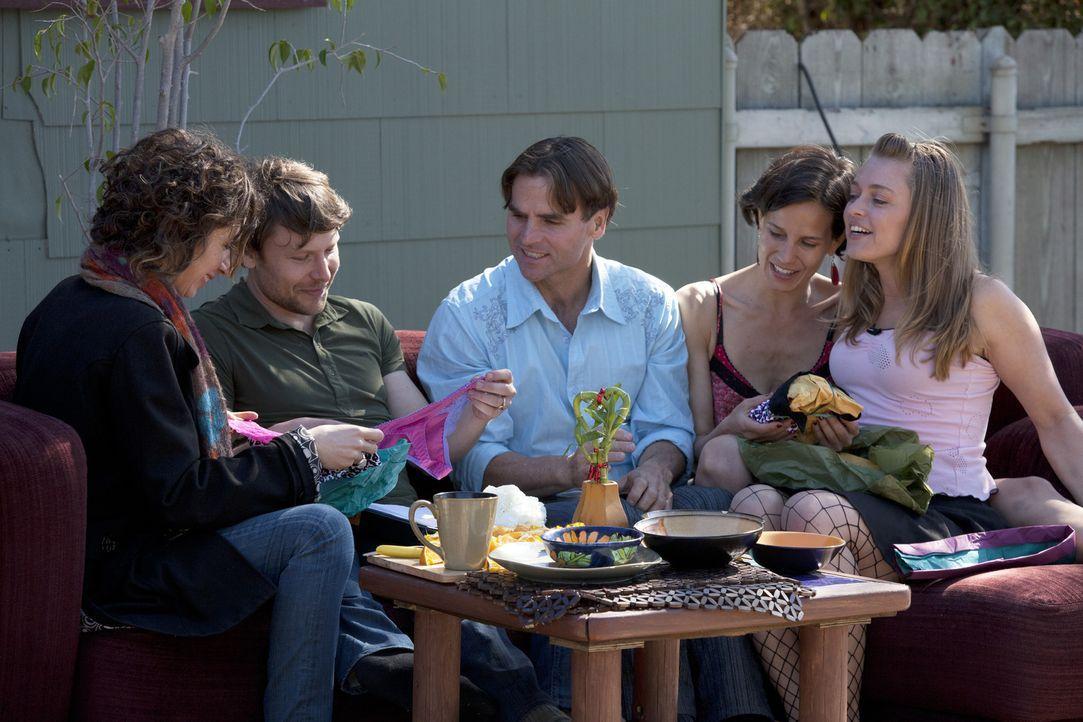 Jen (l.), Tahl (2.v.l.), Michael (M.) und Kamala (2.v.r.) wollen Regeln für ihr gemeinsames Leben und ihre zusätzlichen Sexpartner, wie Roxanne (r.)... - Bildquelle: Lucas North Showtime Networks Inc. All rights reserved.