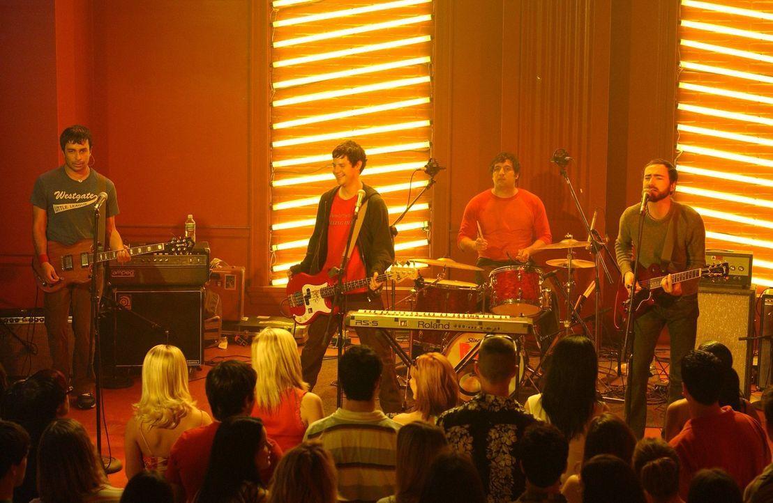 """Während es Rory beim Springbreak in Florida auf einer Party mit der Band """"The Shines"""" ordentlich krachen lässt, will Jason die Beziehung zu Lorelai... - Bildquelle: 2003 Warner Bros."""