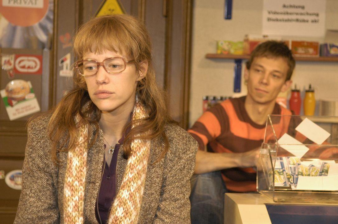 Lisa (Alexandra Neldel, l.) hat in Davids Auftrag beim Juwelier ein Päckchen abgeholt und erzählt ihrem Freund Jürgen (Oliver Bokern, r.) davon.... - Bildquelle: Sat.1