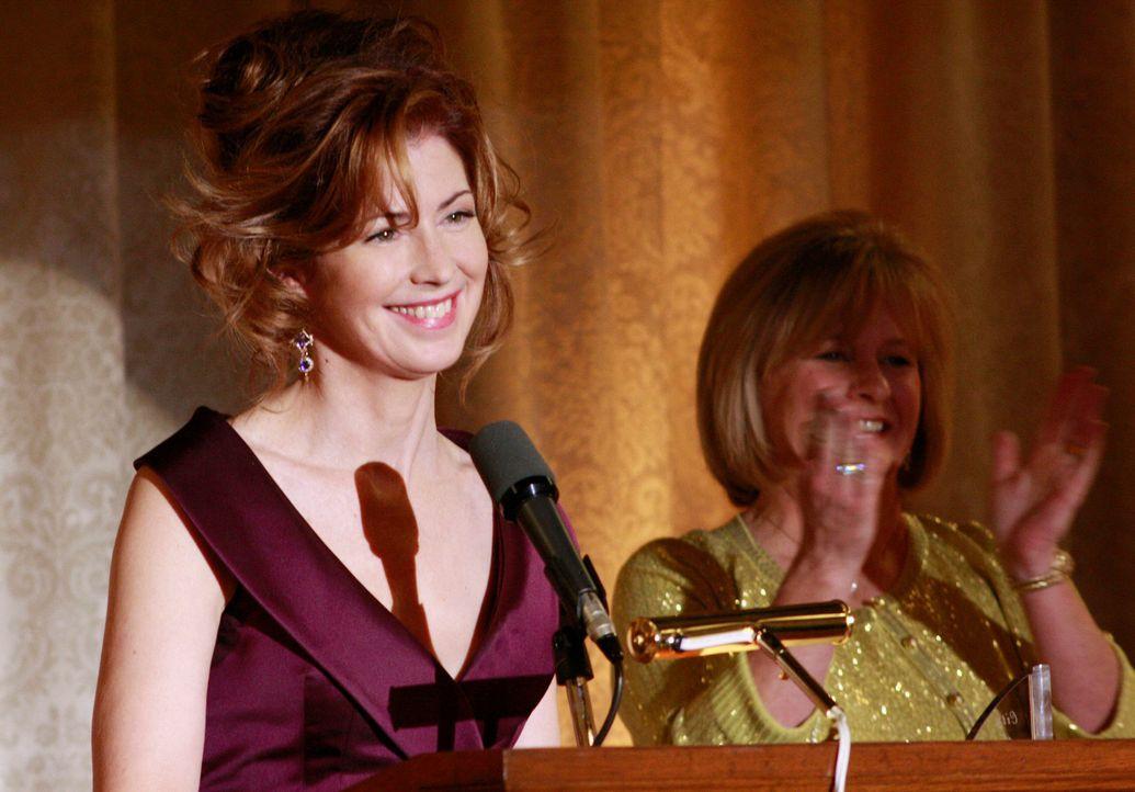 Katherine (Dana Delany, l.) übergibt den Founder's Award - zum Ärger von Bree ... - Bildquelle: ABC Studios