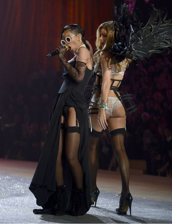 Rihanna performt Diamonds - Bildquelle: AFP