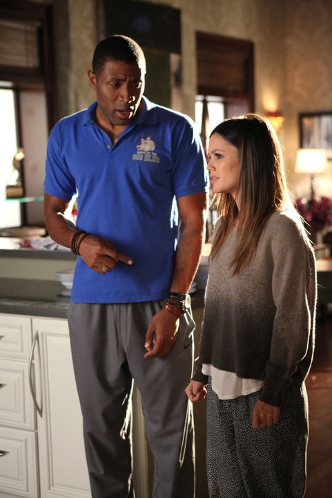 Um seine Freundin Zoe (Rachel Bilson, r.) von ihrem Heimweh abzulenken, beauftragt Lavon (Cress Williams, l.) sie, seine jährliche Homecoming Party... - Bildquelle: Warner Bros.