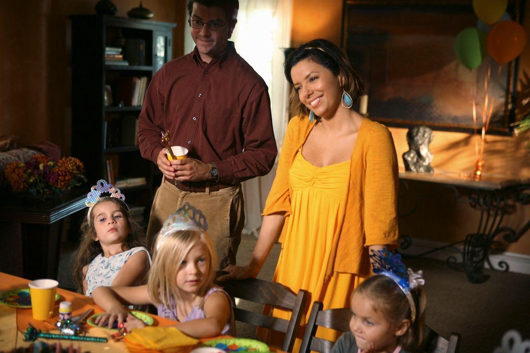 Die Geburtstagsparty von Celia ist im vollen Gange, als plötzlich Virginia auftaucht. Gabrielle (Eva Longoria, hinten r.) wird sauer und wirft die r... - Bildquelle: ABC Studios