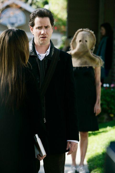 Während des Gesprächs mit Eli (Jamie Kennedy, M.) taucht der Geist einer jungen Frau (Andrea Bowen, r.) auf, der Melinda (Jennifer Love Hewitt, l.)... - Bildquelle: ABC Studios