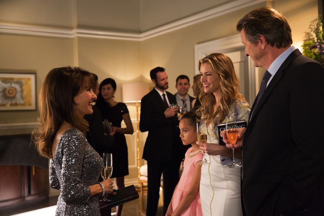 Während Genevieve (Susan Lucci, l.) Taylor (Brianna Brown, 2.v.r.) und Michael (Brett Cullen, r.) noch zu ihrer Adoption gratuliert, schmiedet die j... - Bildquelle: Bob Mahoney 2015 American Broadcasting Companies, Inc. All rights reserved.