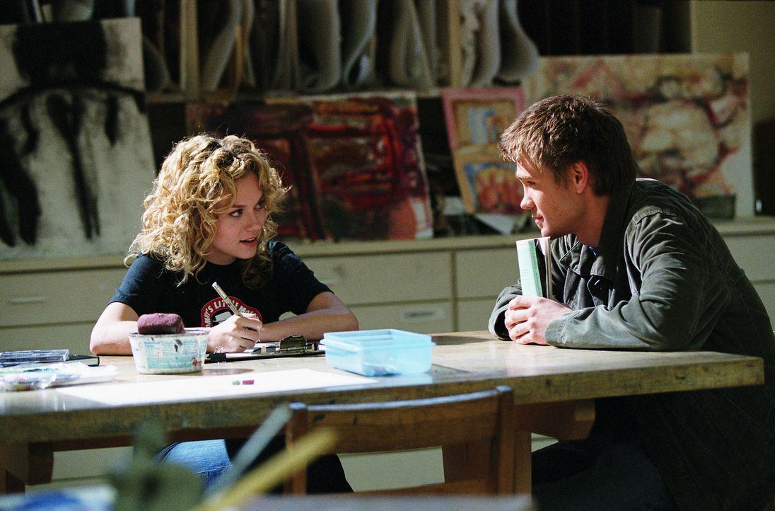 Peytons Vater mal wieder in der Stadt, doch Peytons (Hilarie Burton, l.) Freude über das Wiedersehen hält nicht lange an. Sie sucht Rat bei ihrem... - Bildquelle: Warner Bros. Pictures