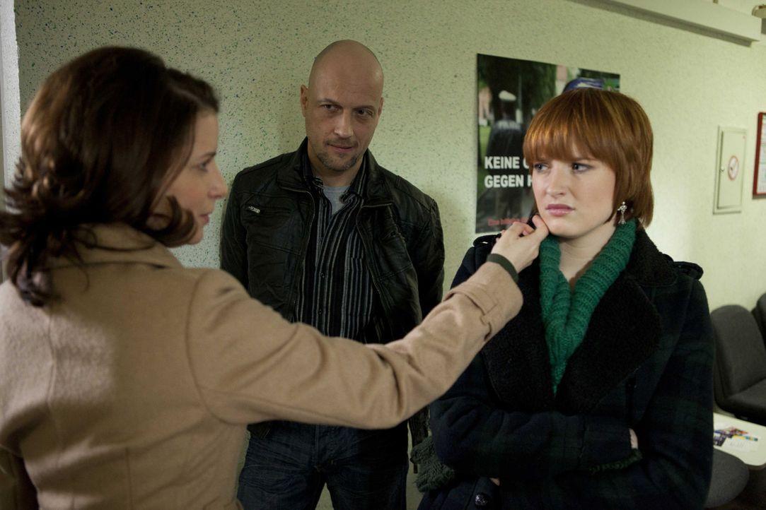 Während Bea in Untersuchungshaft landet ist Sophie (Franciska Friede, r.) ihrer Mutter Monika (Stefanie Höner, l.) gegenüber distanziert ... - Bildquelle: SAT.1