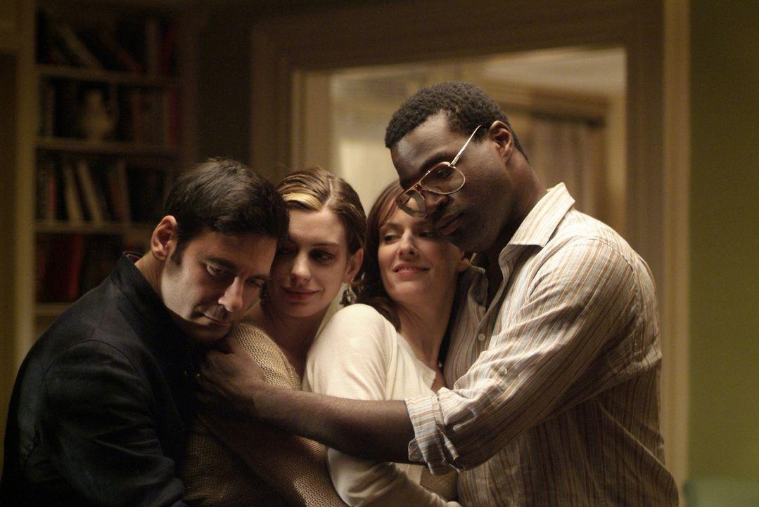 Am Ende ist doch alles gut gegangen sodass sich Kieran (Mather Zickel, l.), Kym (Anne Hathaway, 2.v.l), Rachel (Rosemarie DeWitt, 2.v.r.) und Sidney... - Bildquelle: 2008 Sony Pictures Classics Inc. All Rights Reserved.