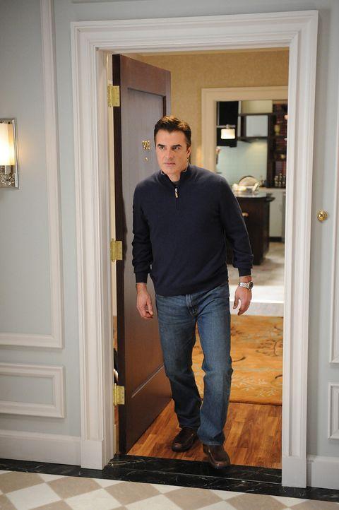 Peter (Chris Noth) entdeckt, dass sein Gesprächspartner verwanzt wurde und dass seine Frau keinen Wert mehr auf ein klärendes Gespräch mit ihm le... - Bildquelle: CBS Studios Inc. All Rights Reserved.