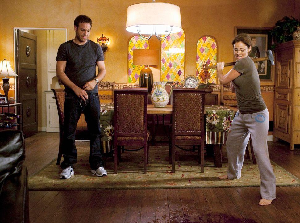 Gemeinsam gehen sie gegen die sichtbaren Überreste des Angriffs vor: Violet (Amy Brenneman, r.) und Cooper (Paul Adelstein, l.) ... - Bildquelle: ABC Studios