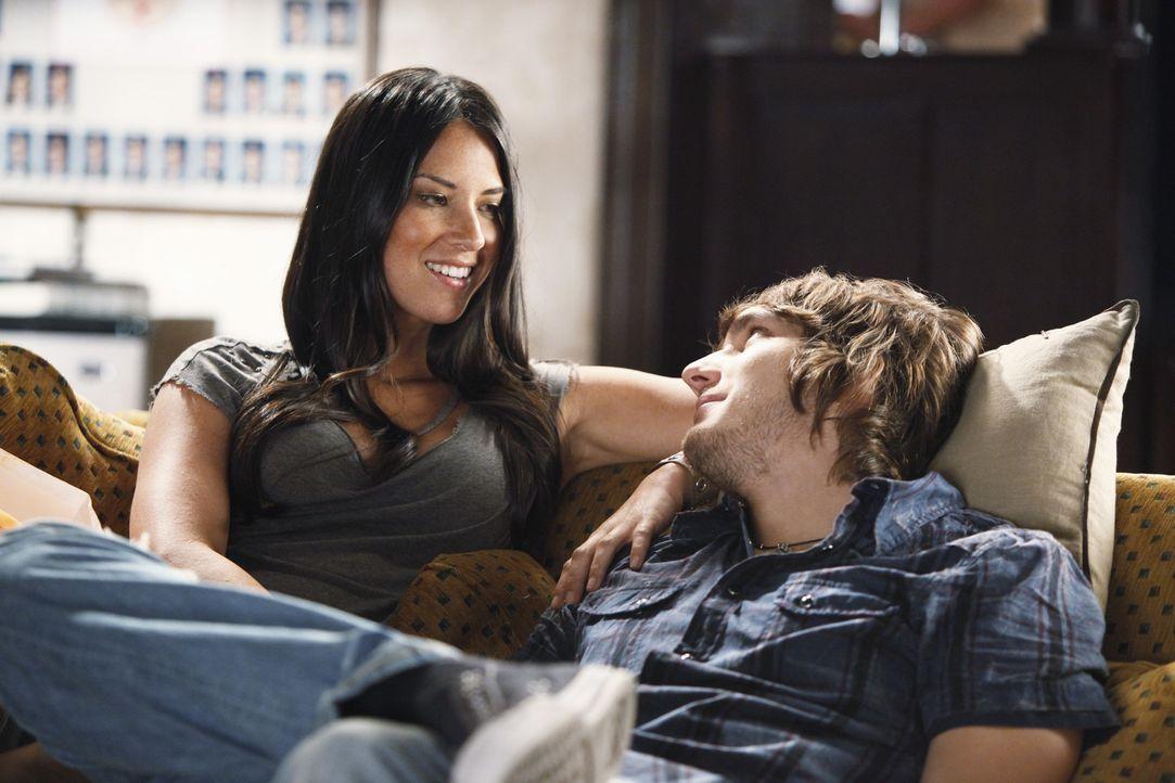 Cappie (Scott Michael Foster, r.) traut sich nicht, Lana (Olivia Munn, r.) zu sagen, dass er eigentlich eine andere Art Frau sucht und er keine fest... - Bildquelle: 2009 DISNEY ENTERPRISES, INC. All rights reserved. NO ARCHIVING. NO RESALE.