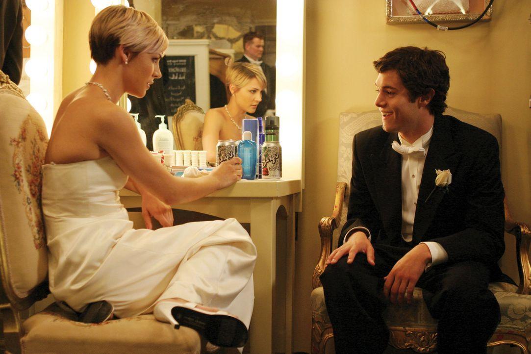 Seth (Adam Brody, r.) hat die Aufgabe Anna (Samaire Armstrong, l.) zu erklären, dass Ryan nicht auf den Ball kommen wird ... - Bildquelle: Warner Bros. Television